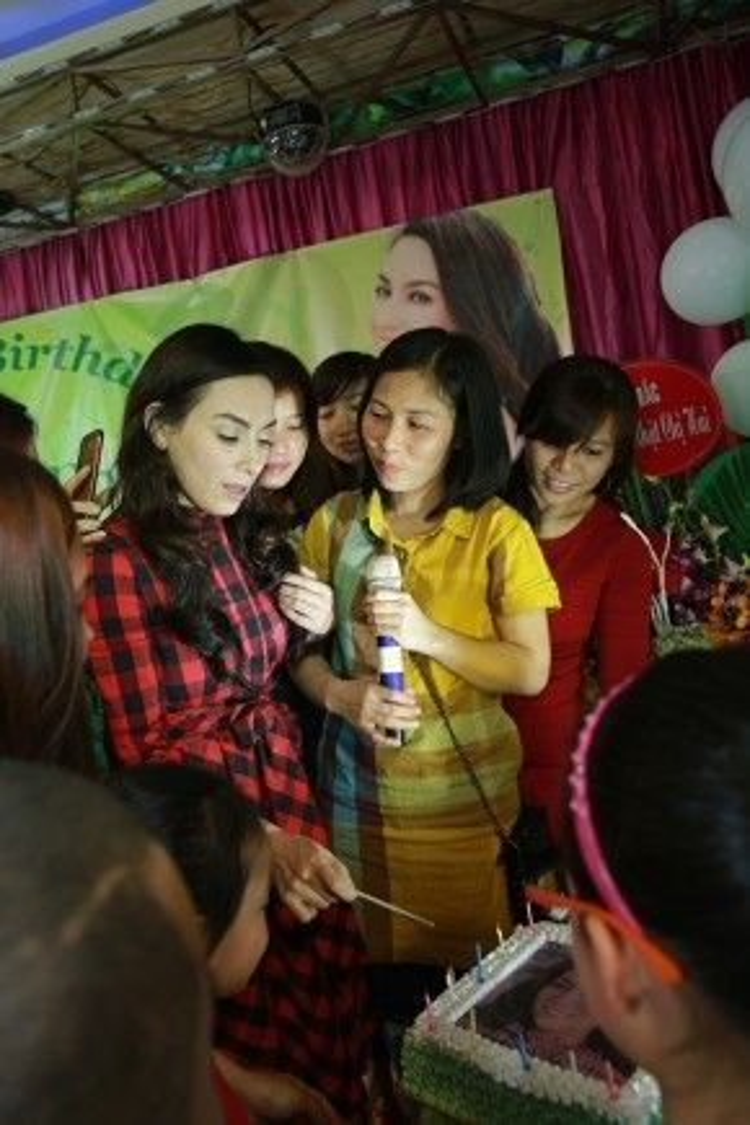 Sau đó, Phi Nhung cắt bánh sinh nhật với mọi người.