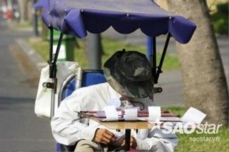 Mặt dù thời tiết khá nắng nóng nhưng người đàn ông này vẫn phải rong rủi trên nhiều tuyến phố để mưu sinh.