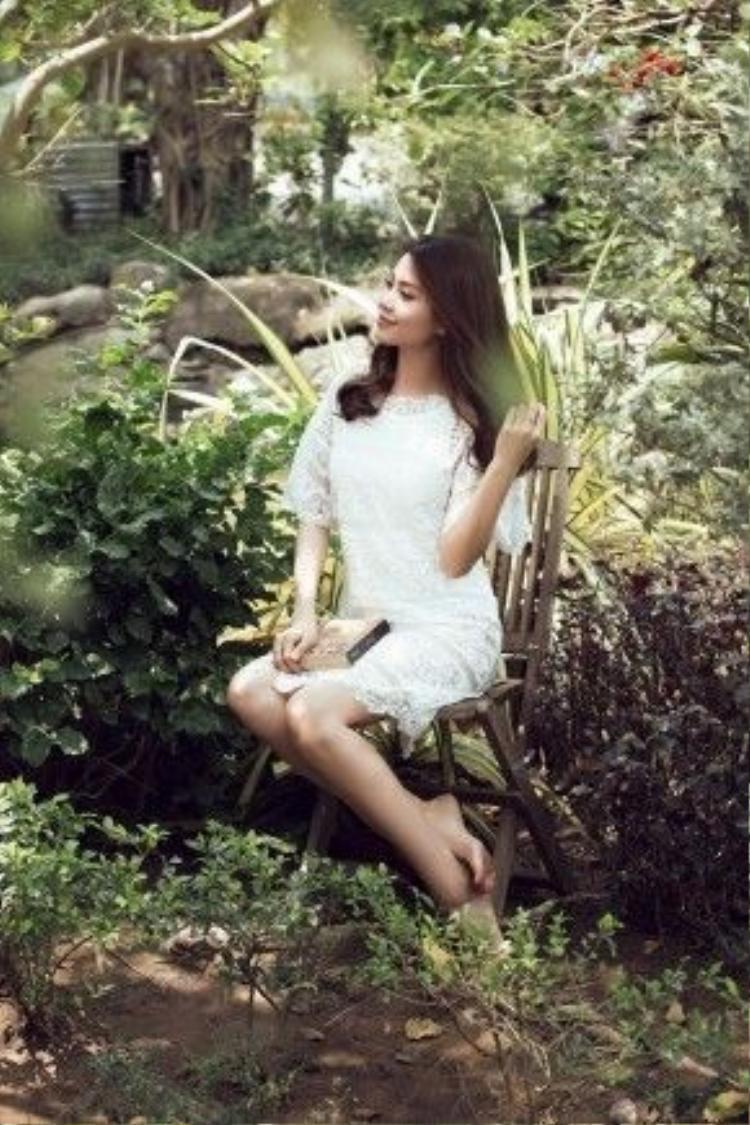Khi nhắc đến Diễm Trang người hâm mộ luôn nhớ về cô với hình ảnh trong sáng và là một trong những mỹ nhân Việt sở hữu gu thời trang gắn liền với những thiết kế màu trắng.