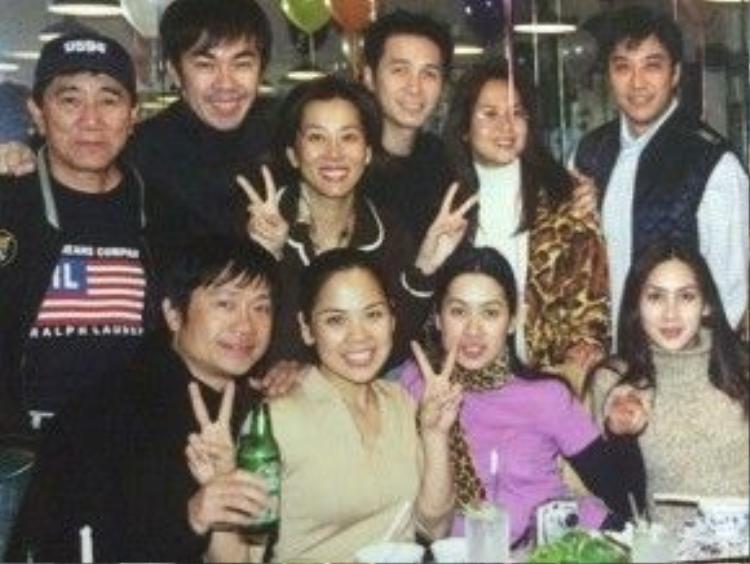 Ca sĩ Nguyễn Hưng (thứ tư từ trái qua), Tommy Ngô (áo gile đen).