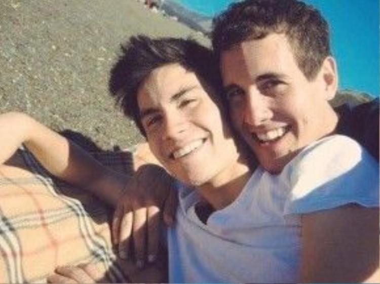 Sam và bạn trai hạnh phúc bên bãi biển.