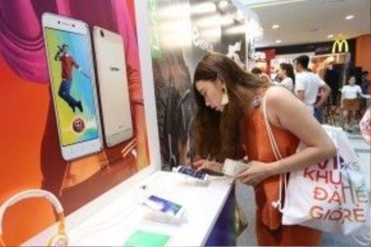 Fashionista Đồng Thủy Tiên hào hứng trải nghiệm sản phẩm