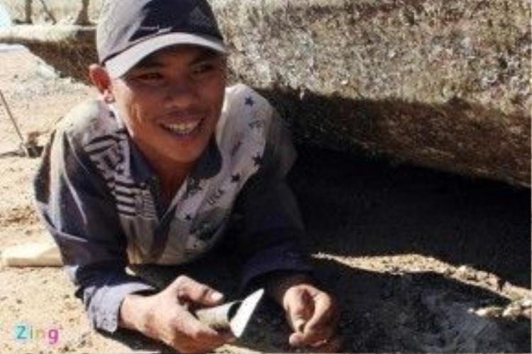 Sáu Thanh nằm ngửa trên nền cát đầy xác hà để cạo sạch hà ở thân dưới thuyền. Cạo hà là nghề tự phát, với phương pháp làm việc thủ công, công cụ thô sơ, không có đồ bảo hộ lao động, lại tiếp xúc với xác hà sắc nhọn nên dễ xảy ra tại nạn.