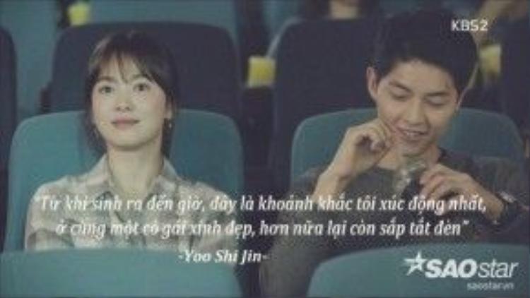 Yoo Shi Jin thì thầm trêu chọc vào tai Kang Mo Yeon khi đèn trong rạp chiếu phim sắp tắt.