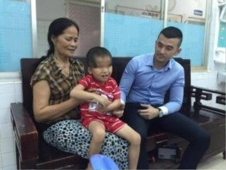 Cháu Ngô Anh Phong,5 tuổi với đôi mắt khiếm khuyết.