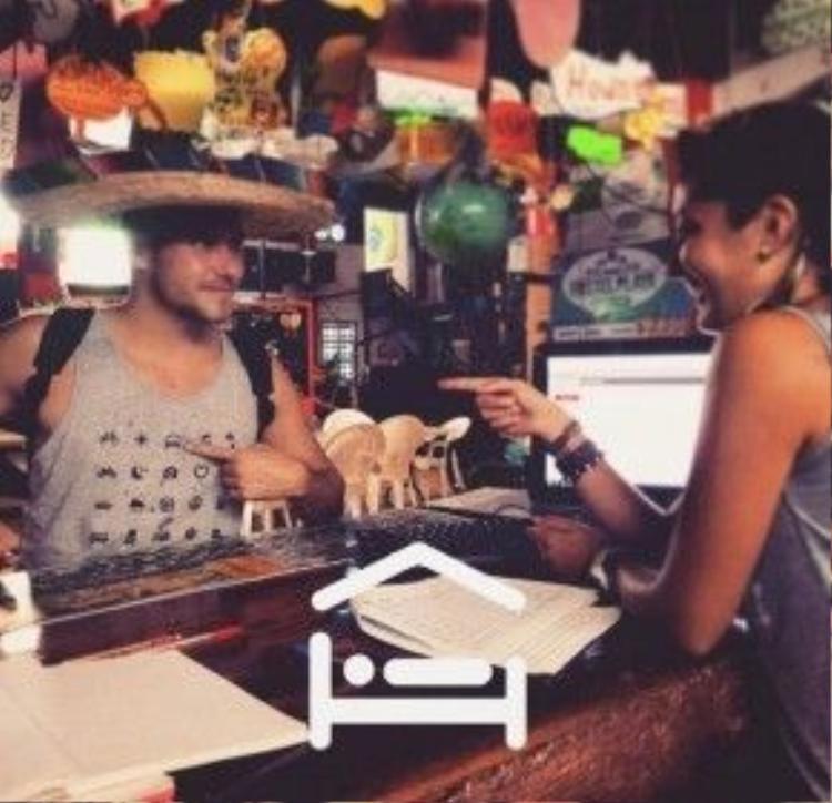 """Với chiếc áo """"thần kỳ"""" này, du khách chỉ việc chỉ tay vào các ký hiệu trên áo để giao tiếp với người dân địa phương."""