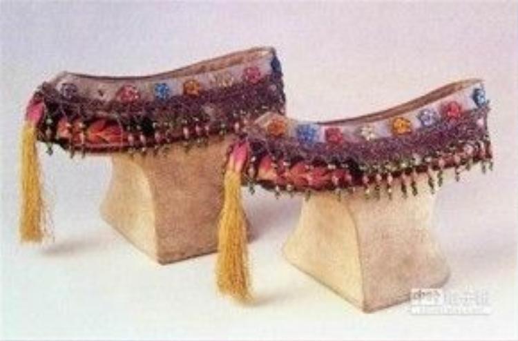 Giày cao gót được đính cườm và thêu hoa văn cầu kỳ của phụ nữ thời nhà Thanh, Trung Quốc. Ảnh: China Times