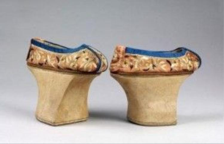 """Loại giày này có nhiều tên gọi như giày bồn hoa, giày móng ngựa, giày đế cao, được gọi chung là """"kỳ hài"""". Ảnh: People's Daily"""