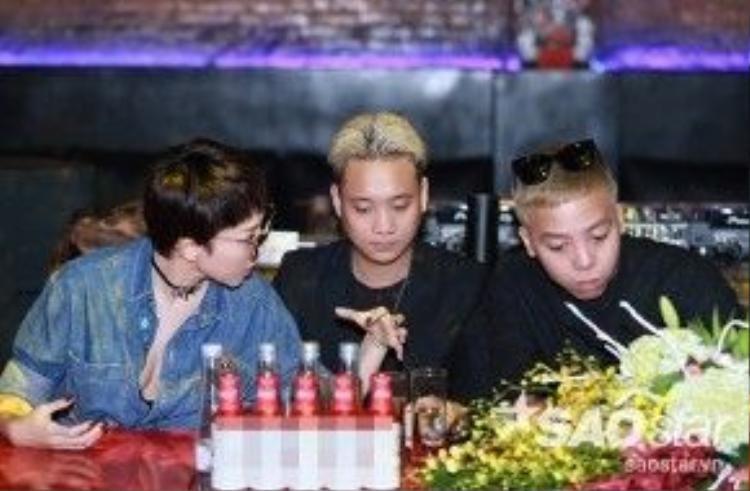 Tóc Tiên cố tình để Justatee ngồi giữa mình và Hoàng Touliver.