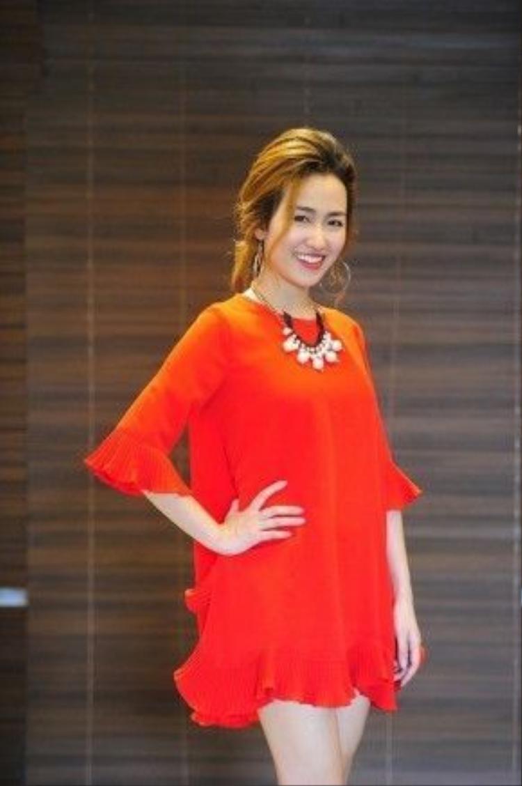 DJ Trang Moon dịu dàng với đầm cam, trái ngược vẻ nóng bỏng trên sân khấu.