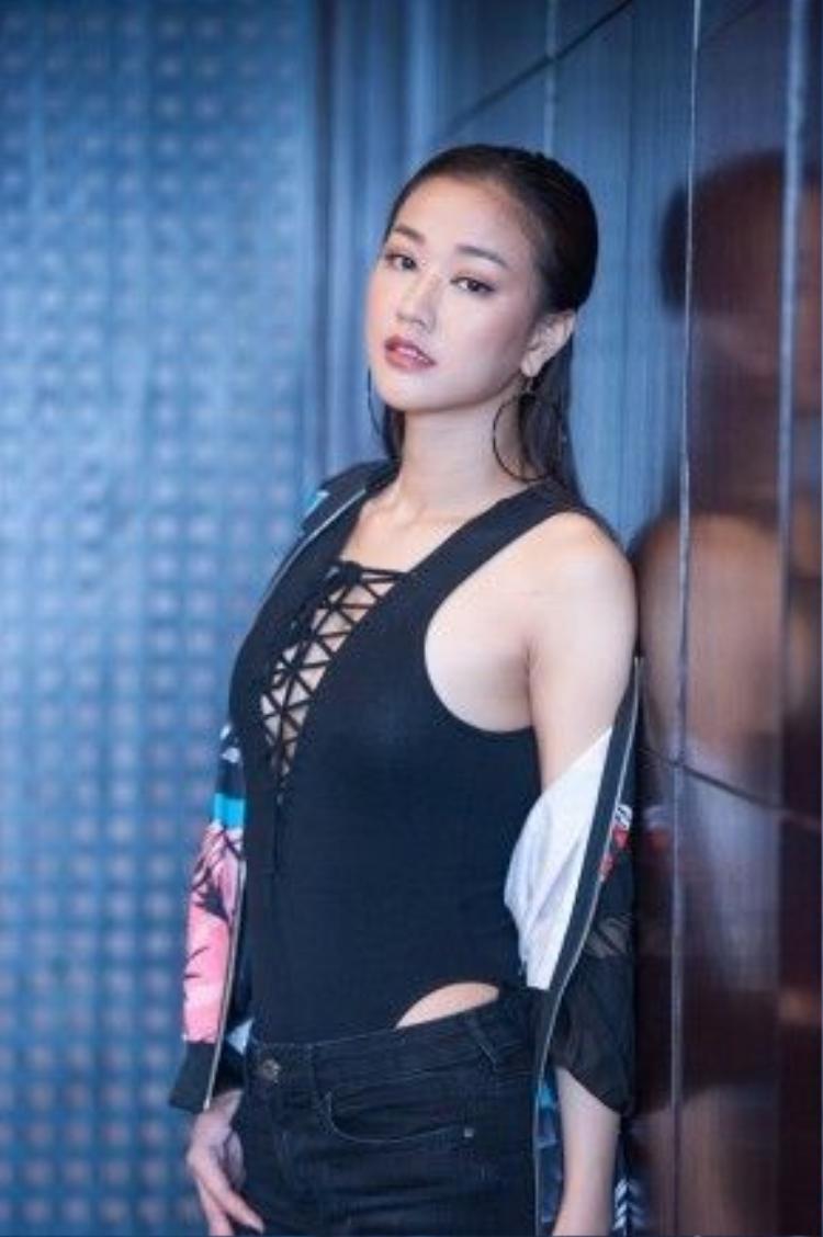 Có mặt tại sự kiện của nhạc sĩ Hồ Hoài Anh ở Hà Nội, Maya thu hút mọi ánh nhìn khi khéo léo khoe vòng một gợi cảm cảm, vóc dáng thon gọn.
