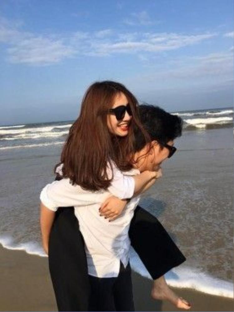 Nhã Phương hạnh phúc khi được bạn trai cõng trước bờ biển.
