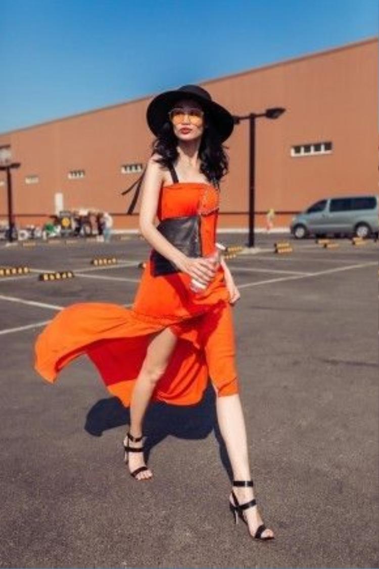 Chiếc váy với sắc cam rực rỡ khiến Thanh Trúc nổi bật hẳn dưới cái nắng chói chang của mùa hè. Đường xẻ tà cao tạo cho bạn cảm giác đôi chân được dài da. Chất liệu mát và mỏng nên rất dễ mặc vào những ngày nóng nực.