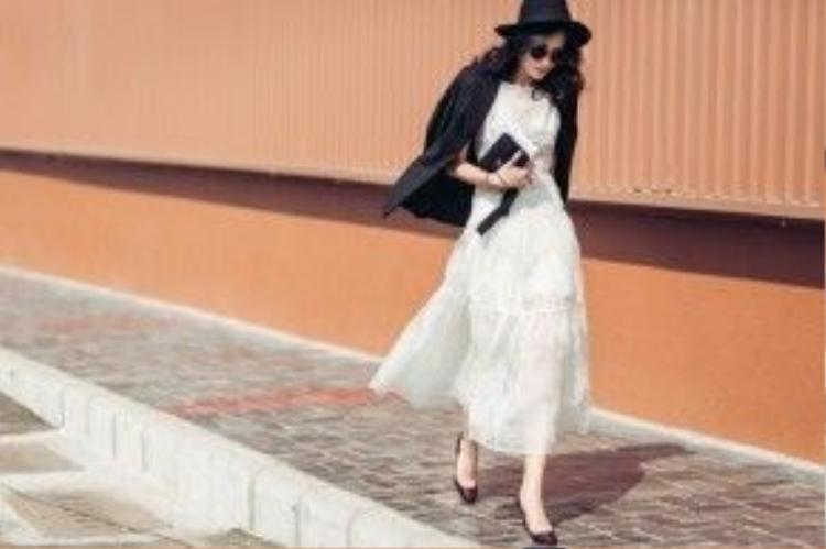 Nhìn vào bức hình này, Thanh Trúc như một nàng tiểu thư chính hiệu với đầm dài màu trắng cùng áo vest khoác vai hờ hững.