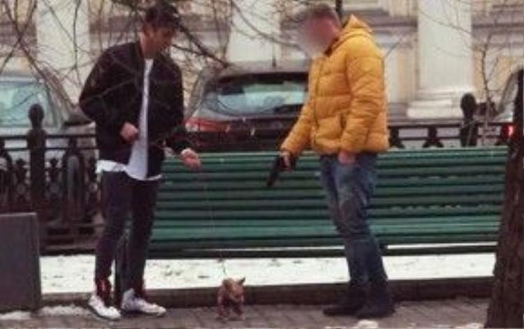 Goldsheid lừa một người nhận 10.000 rúp và bắn con chó của cậu bằng khẩu súng không đạn. Ảnh: Youtube