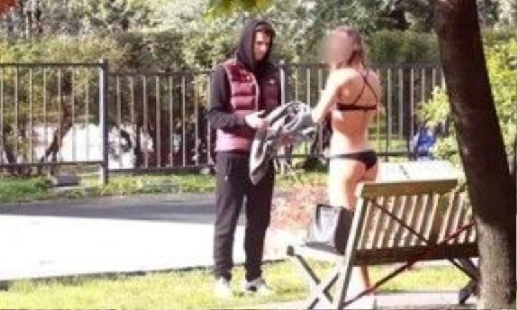 Goldsheid đưa tiền và gạ một cô gái cởi đồ. Ảnh: Youtube