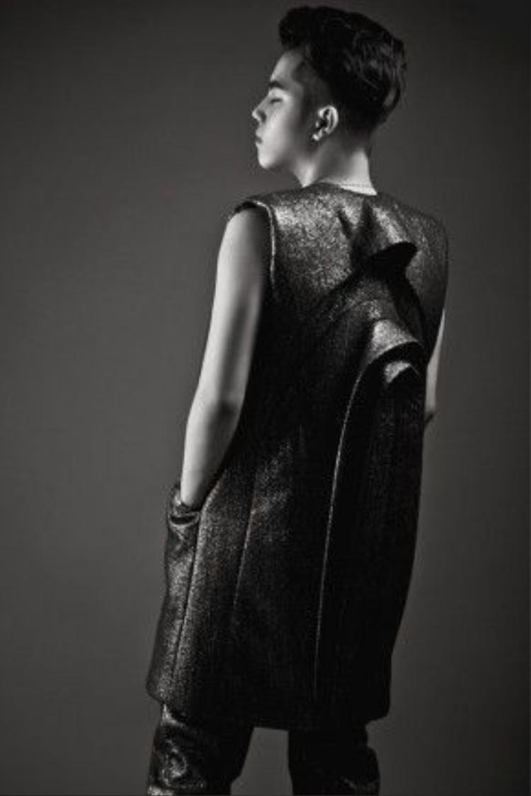 Bộ sưu tập Black Raven (Quạ đen) mà anh giới thiệu tại New York Couture Fashion Week và đã nhận được sự tán thưởng nhiệt liệt của truyền thông cũng như giới mộ điệu thời trang Mỹ.