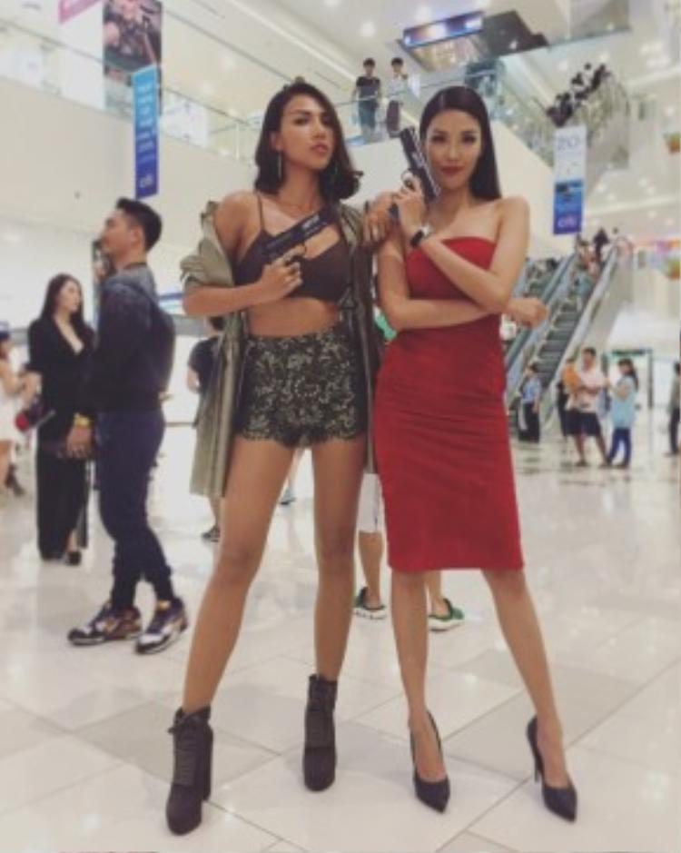 Lan Khuê và Minh Triệu hội ngộ tại một sự kiện ra mắt film. Hai cô nàng khoe dáng trong hai trang phục hoàn toàn đối lập. Nếu Minh Triệu nổi loạn, bốc lửa bao nhiêu thì Lan Khuê lại thanh lịch, sang trọng bấy nhiêu.
