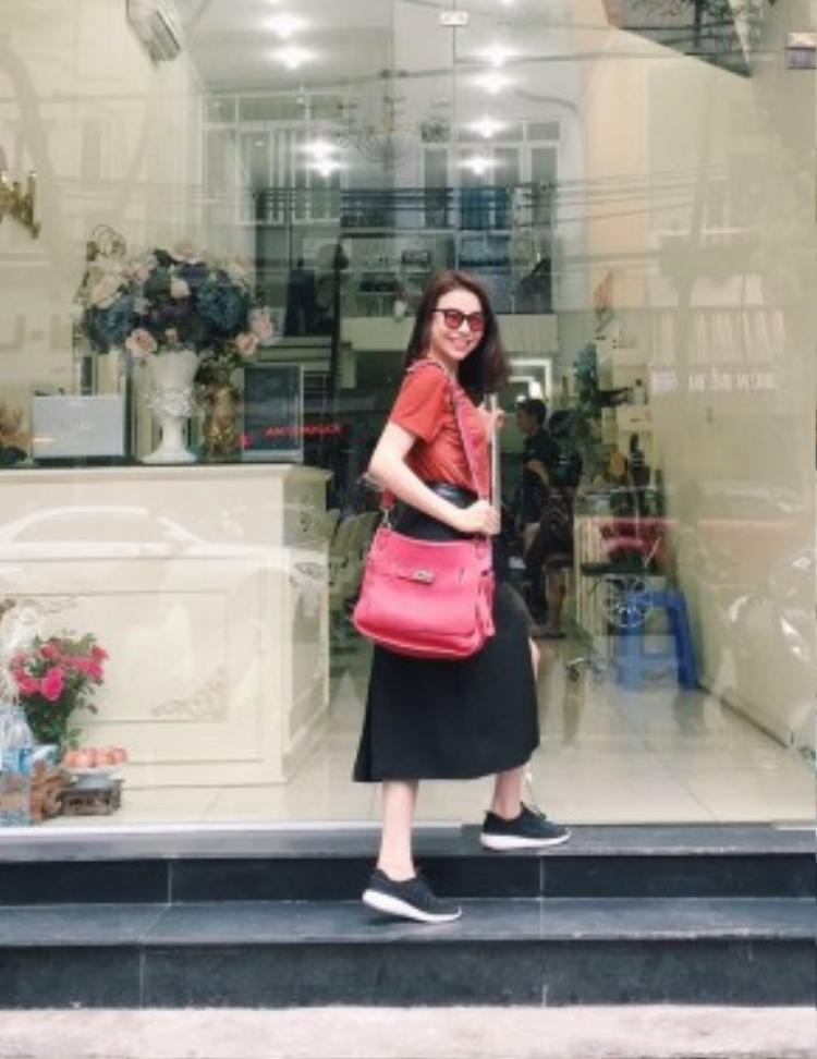 Trà Ngọc Hằng xuống phố với streetstyle năng động, cá tính với cách phối đoof phá cách. Cô nàng diện váy chữ A xẻ vạt cùng giày sneaker, kết hợp cùng kính mát tròng màu và túi Hermes thời thượng.