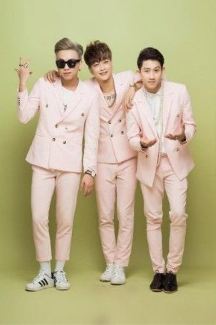 Nhiều fan còn cho rằng, ba thành viên của nhóm không hề thua kém các hot boy chút nào.