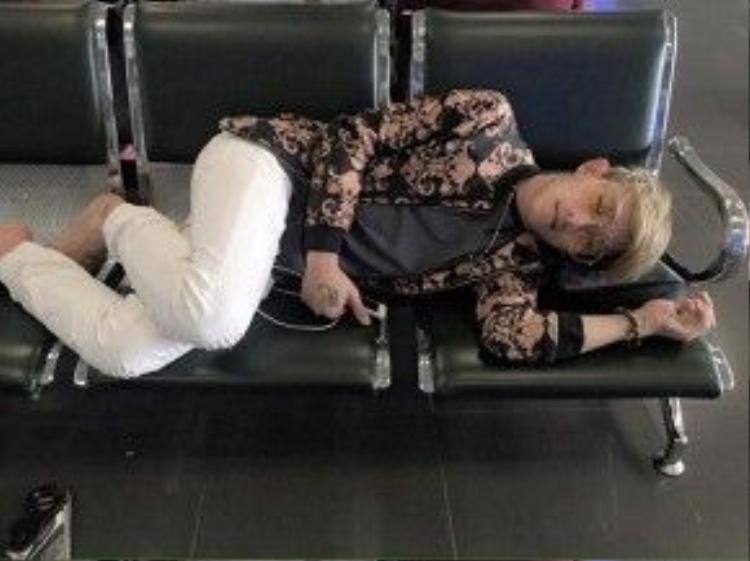 Hình ảnh đời thường nhí nhảnh của Gia Hùng tại sân bay Nội Bài mới đây nhất.