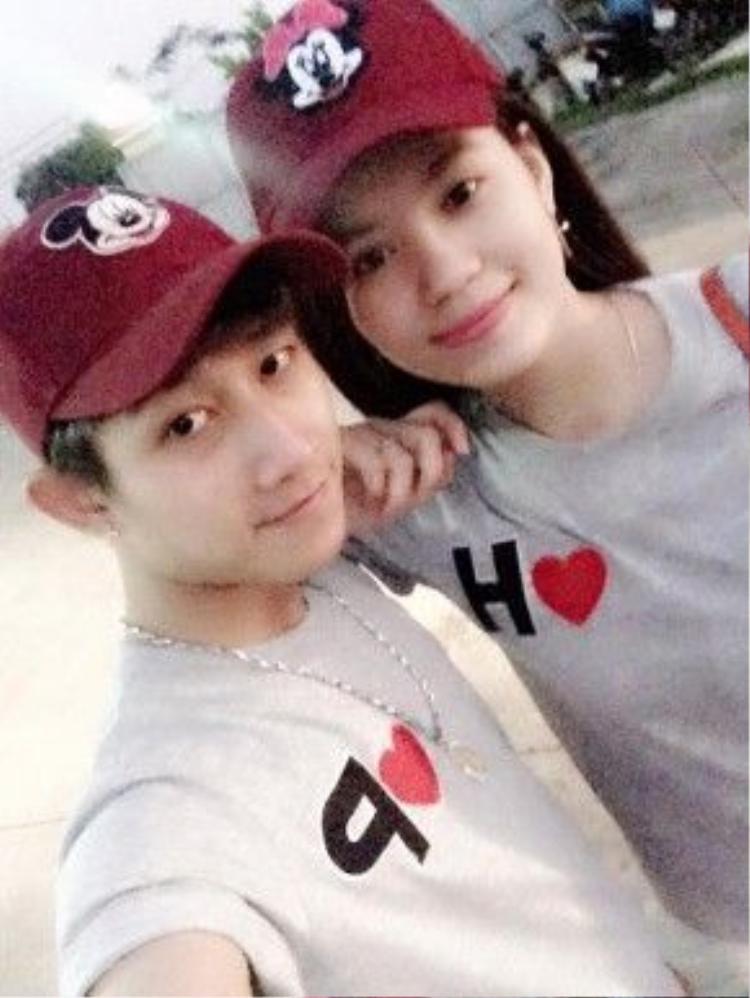 Bạn gái của Gia Hùng tên là Mickey Phương, hiện đang bán hàng online.