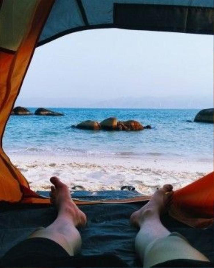 Ngắm biển từ lều thật thú vị phải không nào? Ảnh: FB Bôn Bôn.