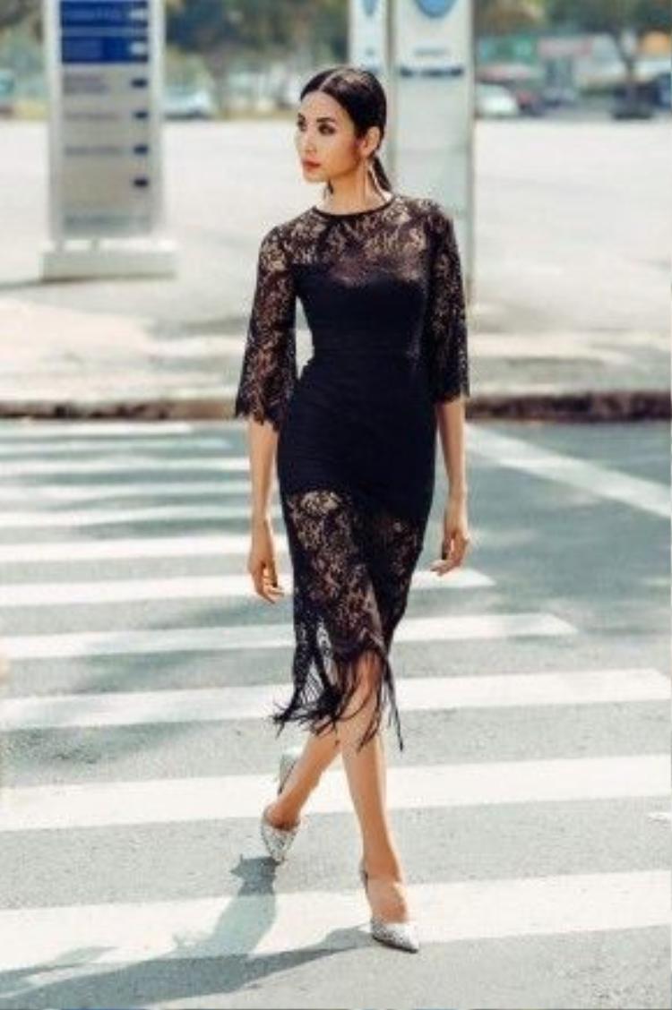 Không gì yêu kiều hơn khi thấy một cô gái đang bước đi ngạo nghễ trên phố cùng đôi gót hoa mũi nhọn ánh kim cả! Phái đẹp có thể phối đồ đa phong cách, có thể là bộ đồ thể thao cá tính, hay bộ váy dịu dàng bay bổng, chỉ cần biết biến chúng trở thành tâm điểm của bộ trang phục thì bạn đã đủ ấn tượng.