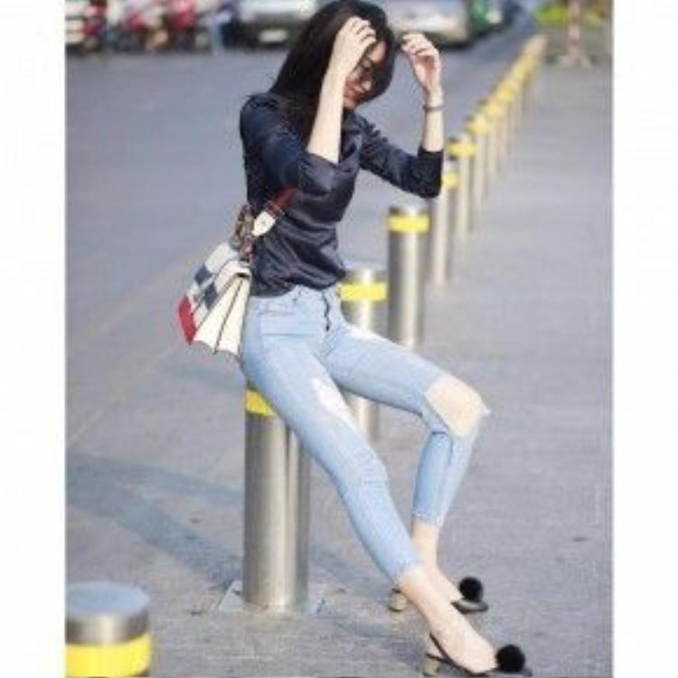 Để nuông chiều giới fashionista, các nhà mốt không chỉ dừng lại với kiểu mẫu giày với lớp da bóng sẫm màu và mũi tròn, mà còn đính kèm theo là những đôi giày với sự cải tiến từ nhiều xu hướng khác như nạm đinh hoặc kiểu giày chiến binh đậm chất millitary… giúp tạo nét cá tính hài hòa với bộ trang phục. Sự kết hợp này còn thích hợp cho những cô nàng có chiều cao hơi khiêm tốn.