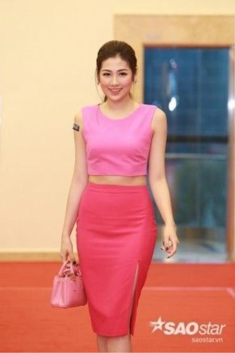 Á hậu Tú Anh khoe theo gon với trang phục màu hồng dịu dàng.