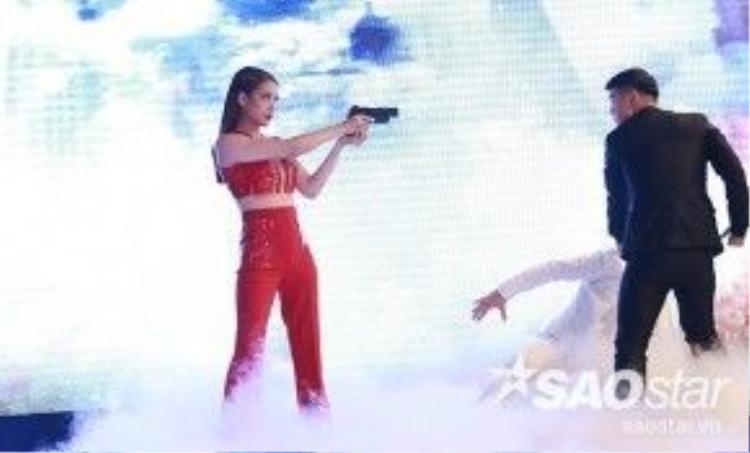 Trong phần giao lưu chính thức của lễ ra mắt phim Truy sát tại Hà Nội, Trương Ngọc Ánh và Cường Seven… hào hứng diễn lại một phân đoạn hành động trong phim trước sự cổ vũ của đông đảo các nghệ sĩ, khán giả có mặt tại đây.
