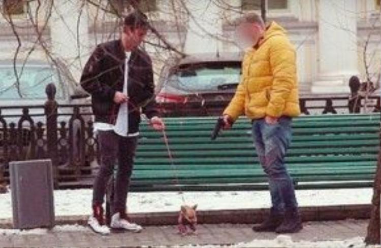 Mới đây nhất, clip 1 người đàn ông sẵn sàng bắn 1 con chó để lấy tiền- tất nhiên súng không hoạt động.