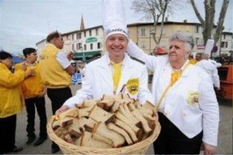 Bánh mì dùng chung với món trứng ốp lết.