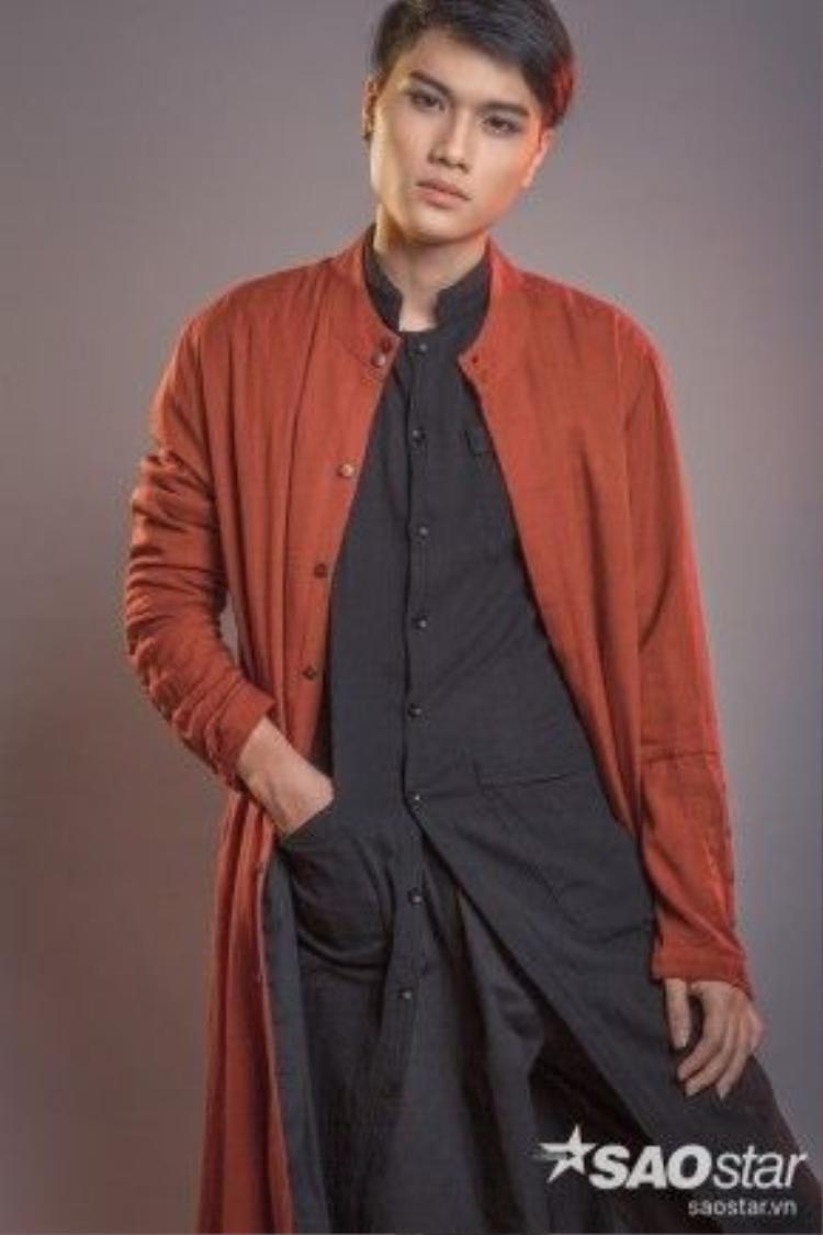 """Chiếc cardigan dáng dài với gam màu nâu đất như là key items trong bộ outfit """"all black"""" này."""