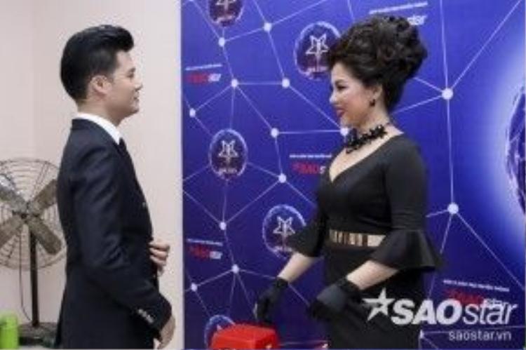 HLV Quang Dũng thì trò chuyện cho Minh Thảo cótâm lý thoải mái trước khi bước lên sân khấu.