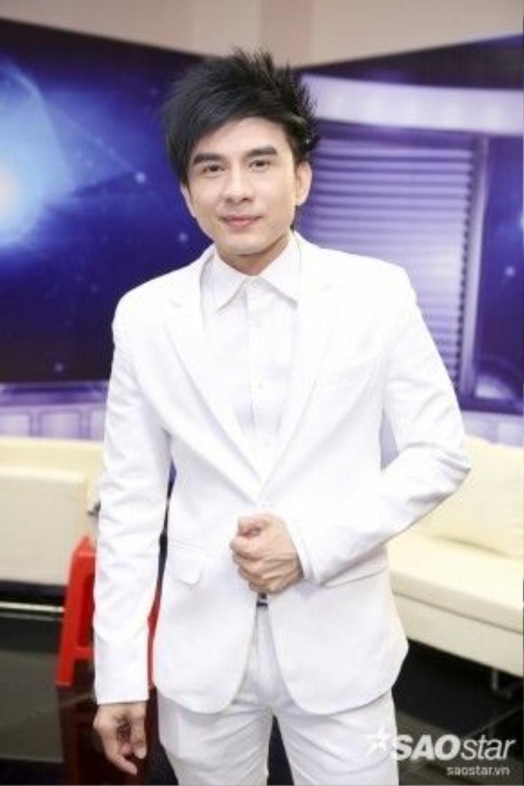 Đan Trường trẻ trung với bộ vest trắng.