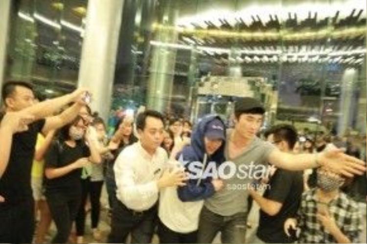 Tuy trong tình cảnh khá căng thẳng và bản thân cũng có chút mệt mỏi lẫn hoảng hốt nhưng Xiumin vẫn nở nụ cười hạnh phúc khi các fan Việt dành cho mình sự quan tâm, yêu mến nồng nhiệt.