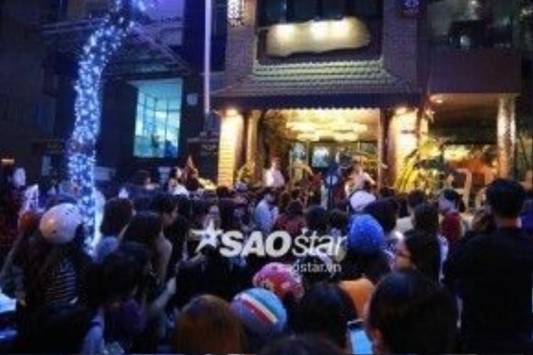 Trước đó, rất đông người hâm mộ đã có mặt trước cửa nhà hàng mà Xiumin đến ăn tối.