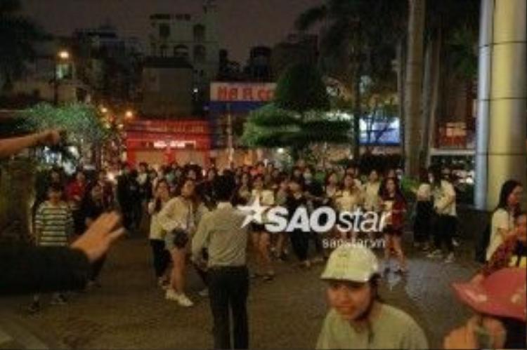 Khung cảnh bên ngoài sảnh khách sạn trước khi Xiumin về đến.