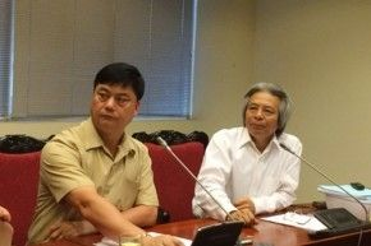 Lãnh đạo Viện Hàn lâm Khoa học xã hội Việt Nam nghe câu hỏi của phóng viên.