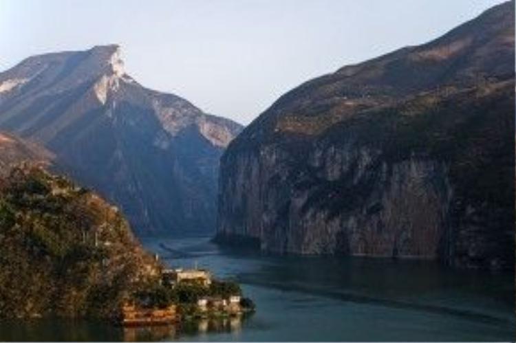 Tuy chỉ dài chừng 8 km nhưng Cù Đường là hẻm núi có khung cảnh thiên nhiên hùng vĩ và ấn tượng nhất của vùng Tam Hiệp.