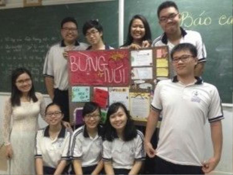 Như Mai (hàng dưới, chính giữa) cùng cô giáo Nguyễn Thị Lâm và các bạn của mình. (Ảnh: FBNV)