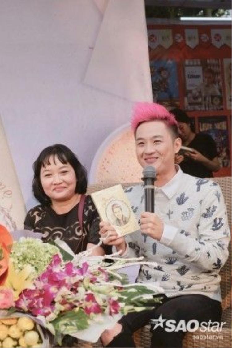 Biết mẹ thích viết lách và làm thơ nên ca sĩ Thanh Duy quyết định cùng mẹ biến ước mơ thành hiện thực với quyển sách Lỗi ở yêu thương - Về nhà với mẹ.