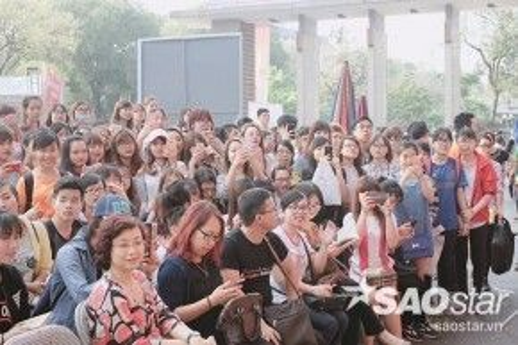 Người hâm mộ có mặt tại buổi ký sách rất đông.