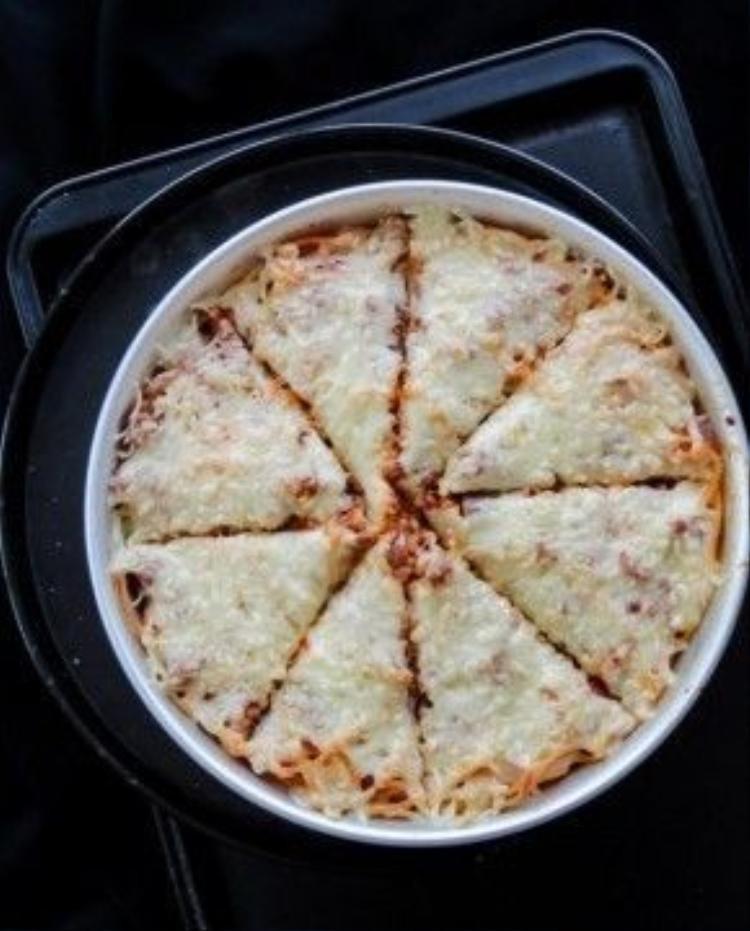 Chắc chắn đây sẽ là món khoái khẩu cho dân nghiện fastfood bởi nó kết hợp cả spaghetti và pizza. Mì Ý cùng nước sốt thịt bằm và phô mai phủ phía trên được đút lò ở nhiệt độ 170 độ C trong 10 phút.