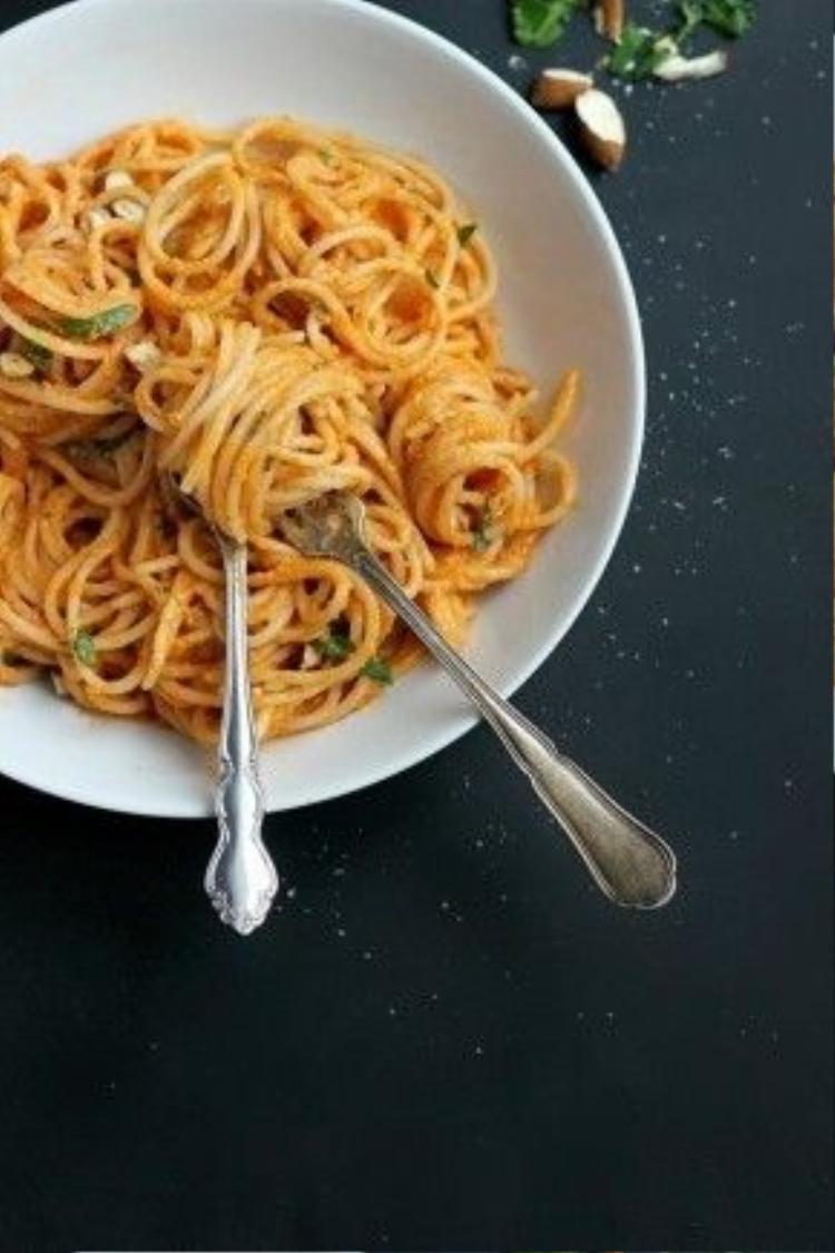 Đây là một biến tấu dành cho người ăn chay: spaghetti với sốt cà chua và hạt hạnh nhân. Nhớ thêm chút rau mùi để tăng thêm hương vị nhé!