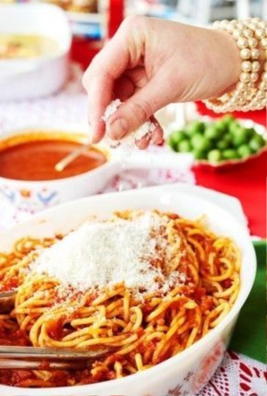 Nếu bạn đã chán ngán món spaghetti sốt cà chua quen thuộc, hãy làm chúng đậm đà hơn bằng cách cho thêm cá cơm xay nhuyễn vào nước sốt.