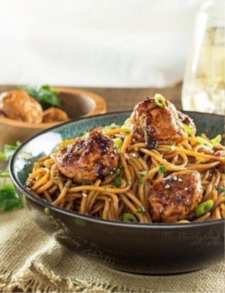 Spaghetti thịt gà viên là món ăn kết hợp nguyên liệu châu Âu và hương vị châu Á. Bí kíp nêm nếm tạo nên màu sắc và khẩu vịđặc biệt của món này là nước tương, nước cốt gà, giấm và dầu mè.