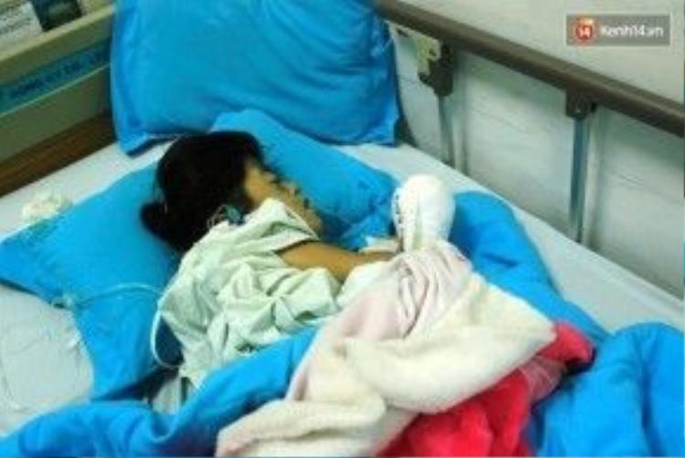 Bé Minh Anh ngủ say sau khi trải qua ca phẫu thuật cổ tích.
