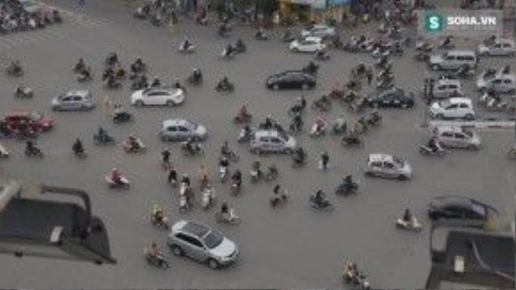 Giao thông hỗn loạn ở Hà Nội giờ cao điểm.